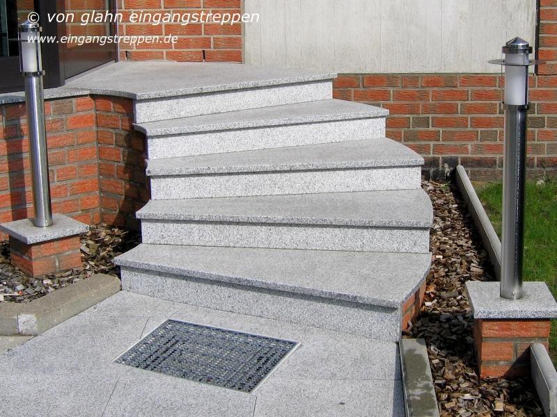 Außentreppe / Treppenanlage im Außenbereich aus Granit und Naturstein