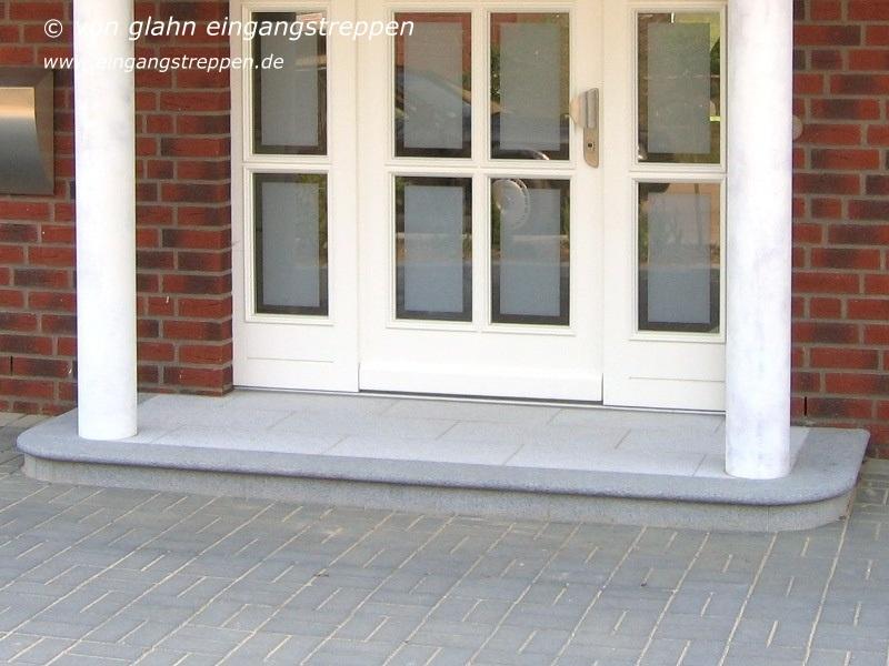 O 3, Eingangsbereich Außen Aus Naturstein, Gebaut 2005, Podestfläche Ca.  300 X 110 Cm Bestehend Aus Bodenbelag (gestockter Naturstein Padang Light)  Und ...