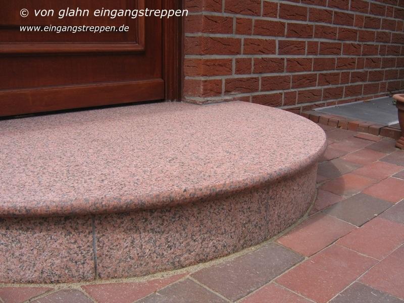 eingangspodest aus granit und naturstein runde und eckige podeste eingang au en. Black Bedroom Furniture Sets. Home Design Ideas
