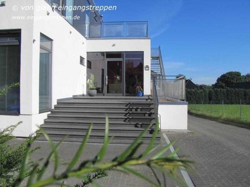 Schon O 989, Moderner Eingangsbereich Mit Außentreppe Aus Schwarzem Naturstein In  Meckelfeld, Landkreis Harburg